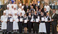 Maritim-Azubi-Award: Die Teilnehmer 2017 im Gruppenbild; in der vorderen Reihe die Sieger mit Maritim-Geschäftsführer Gerd Prochaska (rechts)