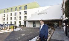 Lohnende Investition: Alexander Wurster vor dem 4500 Quadratmeter großen Anbau.