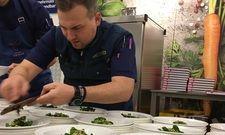 Vollprofi: Beim Zubereiten von Feldsalat mit Feige und Walnuss (Rezept aus dem Film) und Trüffel nach dem Kino im Metro Markt Friedrichshain.