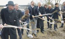 Spatenstich mit vielen Helfern: Mehr als 45 Millionen Euro wird der Gebäudekomplex kosten.
