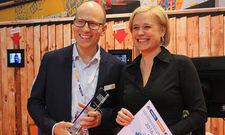 Preisverleihung: Personaltrainerin Jana Pieper erhält den A&O Innvoation Award 2016 aus den Händen von Phillip Winter, Chief Marketing Officer bei A&O