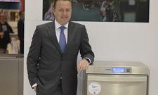 Innovativ: Ralph Winterhalter zeigt das neue Produkt am Stand des Unternehmens