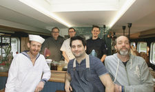 Maritimer Look: Inhaber Gunnar Ohlenschläger (Zweiter von links) mit der Backschaft-Crew.