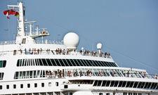 Ozeanriese: Hier sind nicht nur viele Gäste an Bord, sondern auch viel Personal.