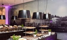 Blickfang: Das Restaurant Tramino ziert nun ein großes Bild der Salzburger Altstadt