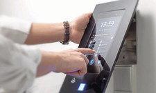 Zuverlässig: Moderne Stempeluhren wie von Eurotime sind benutzerfreundlich und liefern Zeitdaten automatisch ins System. IT) IT)