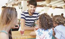 Arbeiten, wo andere Urlaub machen: Im Sommer gibt's am Meer und in den Bergen viele Möglichkeiten. Vor allem in Service, Küche und Spa wird Personal gesucht.