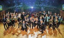 Große Bühne im Best Western Plus Palatin Kongresshotel Wiesloch: Die drei Finalisten mit Juroren, Sponsoren, Hotelmitarbeitern und Moderator.