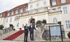 Starkes Duo: Hoteldirektor Harald Schmitt (links) und General Manager Björn Volz vor dem Schloss.