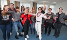 Hatten Spaß: Sprachtrainerin Monika Cuzma Cépeda (in Weiß) mit den Mitarbeitern des Parkhotel Frankfurt-Rödermark