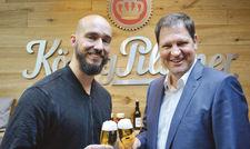 Bierprobe: Arne Kurth (links) und Rainer Noll im Koblenzer König Pilsener Bierhaus.