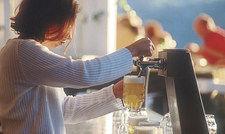 Hoch die Krüge: Besonders gut mundet der Hopfen-und-Malz-Trunk im Biergarten.
