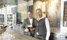 Bier-Fans: Frank und Andrea Waldecker bieten im Meisterstück 122 verschiedene Biere.