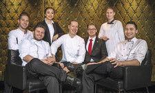 Packen gemeinsam an: Sternekoch Tim Extra (Mitte) mit dem gesamten Team des Gourmetrestaurants Apicius.