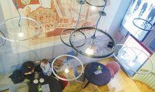 Blick von oben: im Café Vélo dreht sich alles um den Radsport-Mythos Tour de France.