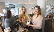 Lernstunden im Bold-Hotel: Am Empfangstresen müssen Vivien Ostmann (links) und Kristin Blazevic auch mal Kaffee zubereiten.