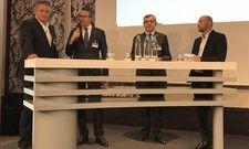 Lebhafte Diskussion: (von links) AHGZ-Chefredakteur Rolf Westermann mit Cyrus Heydarian (Capella-Gruppe, Breidenbacher Hof), Sofitel-GM Denis de Schrevel und Peter Magnus Maiwurm, GM Roomers Frankfurt