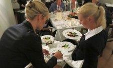 Praxisrunde: Wer die Vorprüfungen des Wettbewerbs erfolgreich abschließt, darf im Finale seine Fertigkeiten am Tisch des Gastes zeigen.