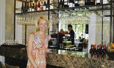 Treffpunkt für Hotelgäste und Nachbarn: Hotelchefin Stephanie Nierhaus an der Hotelbar.