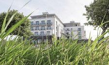 Klare Linie: Das Restaurant Deichperle (Bild oben) ist schlicht eingerichtet, versehen mit maritimen Elementen. Passend dazu hat das Haus einen direkten Strandzugang (Bild unten).