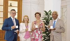 Anstoßen mit Tee: (von links) Geschäftsführer Dirk Schäfer mit Ayurveda-Assistenz Ingrun Weiß, Hausherrin Annabelle von Oeynhausen-Sierstorpff und Ayurveda-Arzt Vaidya Kumaran Rajsekhar.