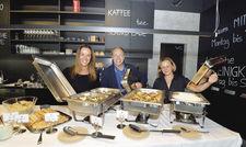 Neues Team am Buffet: Geschäftsführer Stefan Maas mit Veranstaltungsleiterin Anne Decker (links) und Servicekraft Katrin Franke.