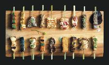 Aufwendiges Sushi, Spieße vom Kushiyaki-Grill: Im Sticks'n'Sushi geht es nicht nur ums Sattwerden, sondern um das Esserlebnis. Jedes verfügbare Gericht ist daher in der Speisekarte als Fotografie abgebildet.