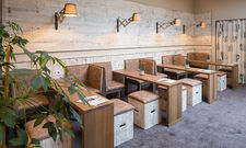 Viel Holz: Die neue Lobby mit stylishen Möbeln