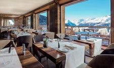 Blick auf das Bergpanorama: Die bodentiefen Fenster im Restaurant machen es möglich