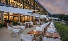 Große Terrasse: Der Außenbereich im Seezeitlodge Hotel & Spa