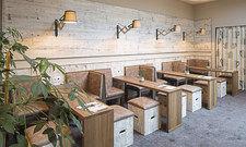 Viel Holz: Die neue Lobby mit modernen Möbeln.