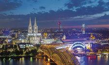 Die Domstadt bei Nacht: Köln ist zusammen mit dem ungeliebten Nachbarn Düsseldorf Spitzenreiter in der Bewertung der Hotelstandorte Nordrhein-Westfalens.
