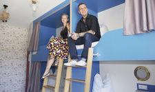 Schlafen wie in der Kajüte: Natzge Schauliess und Mick Gäntzel in einem Hostelzimmer.