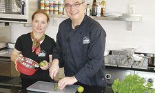 Gut vorbereitet: Kristina Fischer und Adrian Schönfeld in ihrer Show-Küche.
