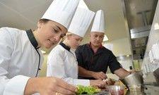 Lange Schichten: In der Küche müssen Azubis oft viel leisten