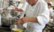 Arbeit in der Küche: Auch in Restaurants darf derzeit nicht länger als zehn Stunden am Stück gearbeitet werden