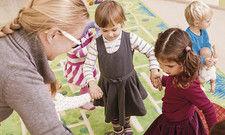 Foto Colourbox.de: In guten Händen: Für die Betreuung des Mitarbeiternachwuchses können Arbeitgeber nebenkostenfrei aufkommen.