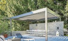 Mediterranes Ambiente: Dieser Pavillon von Klaiber Markisen deckt große Terrassenbereiche windsicher ab.