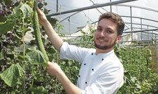 Stolz auf die Ernte: Koch-Azubi Magnus Trost baut für das Restaurant August und Maria im Brauereigasthof Hotel Aying eigenes Gemüse an.
