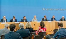 Bundespressekonferenz: Die Vertreter der Tourismusbranche Dr. Michael Engel (BDF), Benedikt Esser (RDA), Fritz Engelhardt (DEHOGA-Vize), Dr. Heike Döll-König (DTV), Norbert Fiebig (DRV), Dr. Michael Frenzel (BTW) mit Moderator Dr. Gregor Mayntz (v. l.)