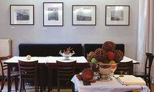 Beliebt: Das marinierte Hühnchen mit Reis und Bohnen sowie Gemüse (unten). Die im Restaurant von Kirk Henry (zweites Wandbild links) ausgestellten Bilder können auch erworben werden.