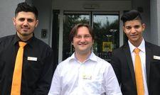 Setzt auf Integration: Hotel Manager Stanislav Mahlin (Mitte) mit den Azubis Zyad A. und Trajce A.