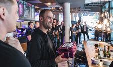 Der Hoteldirektor wird zum Captain: Geschenke für Christian Henzler bei der Eröffnung