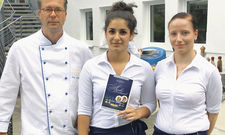 Azubis auf Reisen: Elisabeth Schmidt (Mitte) und Madlen Koch mit Chef Olaf Seibicke.