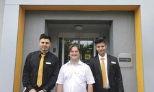 Setzt auf Integration: Hotelchef Stanislav Mahlin (Mitte) mit den Azubis Zyad (links) und Trajce.