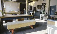 Ausgefallenes Design: Die Einrichtung des Cafés besteht aus alten Möbeln, Turngeräten und Schulmöbeln aus Osteuropa.