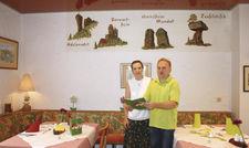 Eingespieltes Team: Jasmin und Martin Kraft im Restaurant, an der Wand Naturdenkmale.