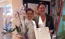 Rona Mast, Inhaberin des Hotel Schwarzmatt (rechts) überreicht Mitarbeiterin Elisabeth Höchemer (links) eine Auszeichnung für 25-jährige Betriebszugehörigkeit.