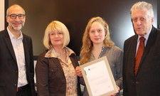 Gratulation: Die Stipendiatin Hanna Kreymann (mit Urkunde) mit (von links) Olaf Gstettner und Sabine Dyas, beide GBZ, sowie Herbert Rütten, Namensgeber des Stipendiums.