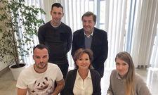 Dormero-Gründer Dr. Marcus Maximilian Wöhrl unterzeichnete den Vertrag mit seinen Geschäftsführern Manuela Halm und Fabian Fernekess und den Investoren Iris Hegerich und Kurt Hegerich.